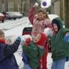 Kinderen met sneeuwballen