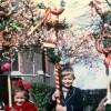 kinderen met palmpasenstokken
