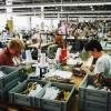 Vrouwen aan het werk in de fabriekshal van Iduna, Uden 2001